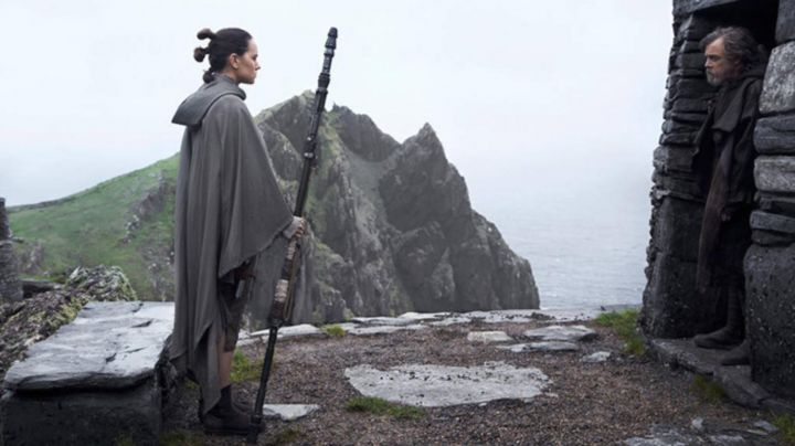 Fashion Trends 2021: The poncho hoody gray of Rey (Daisy Ridley in Star Wars VIII : The last Jedi