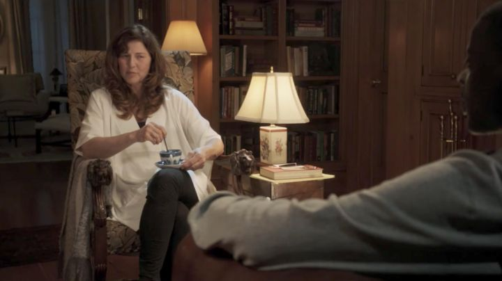 The poncho white Vince Missy Armitage (Catherine Keener) in Get out - Movie Outfits and Products