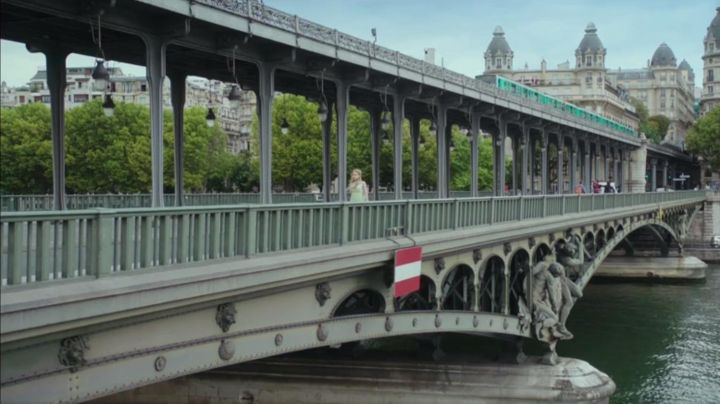 The pont de Bir-Hackeim to Paris in One day, my prince ( Sarah-Jeanne Labrosse ) - Movie Outfits and Products