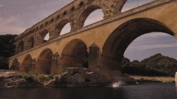 The pont du Gard in The holidays of Mr Bean - Movie Outfits and Products