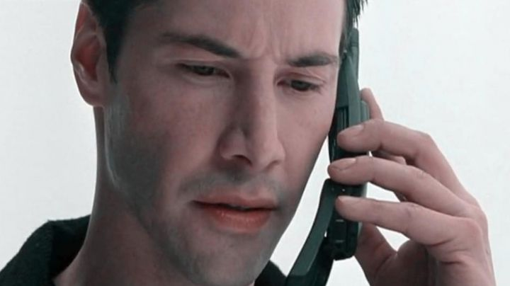 The portable Nokia 8810 Thomas A. Anderson (Keanu Reeves) in the Matrix - Movie Outfits and Products