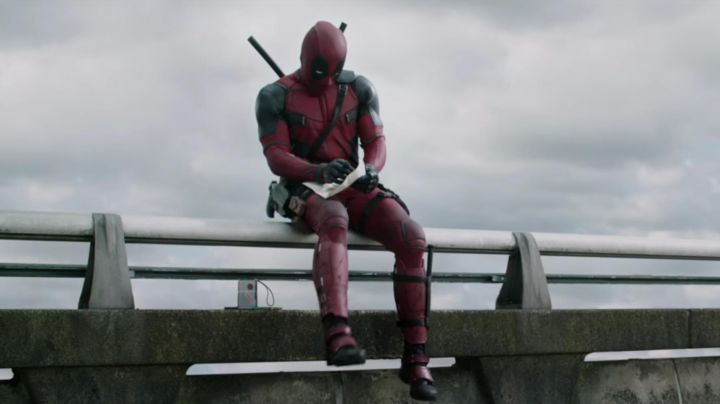 The position of the portable radio Siemens Wade Wilson / Deadpool (Ryan Reynolds in Deadpool - Movie Outfits and Products