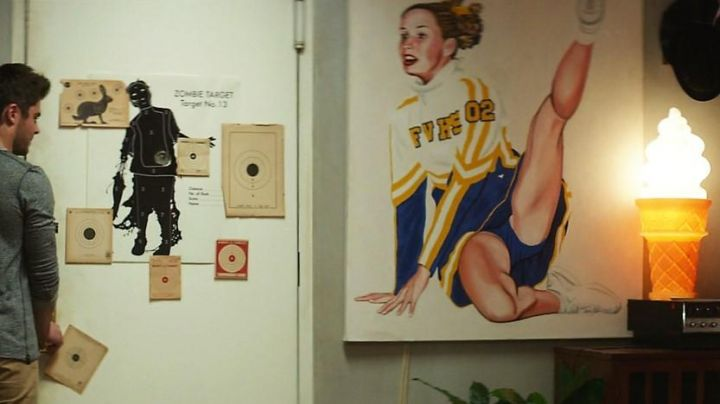 The post Chearleader Pin Up in the apartment of Jason (Zac Efron) in Single or almost - Movie Outfits and Products