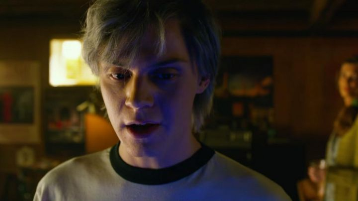 The poster Signals, Rush in the room of Quicksilver (Evan Peters) in X-Men Apocalypse - Movie Outfits and Products