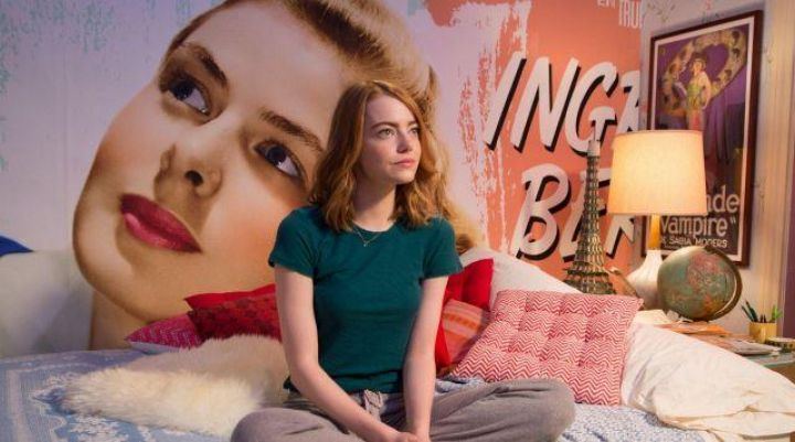 The poster of Ingrid Bergman in the house of Mia (Emma Stone) in the The Land - Movie Outfits and Products
