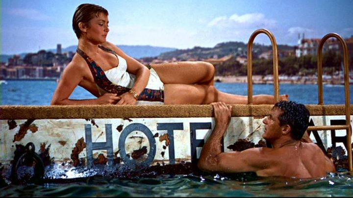 The private beach of the Carlton Hotel in Cannes in the hand at The collar of Alfred Hitchcock - Movie Outfits and Products