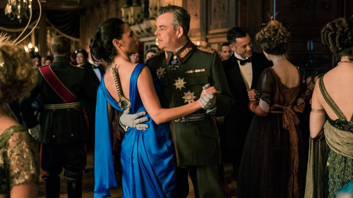 The prom dress blue Diana Prince (Gal Gadot) in Wonder Woman - Movie Outfits and Products