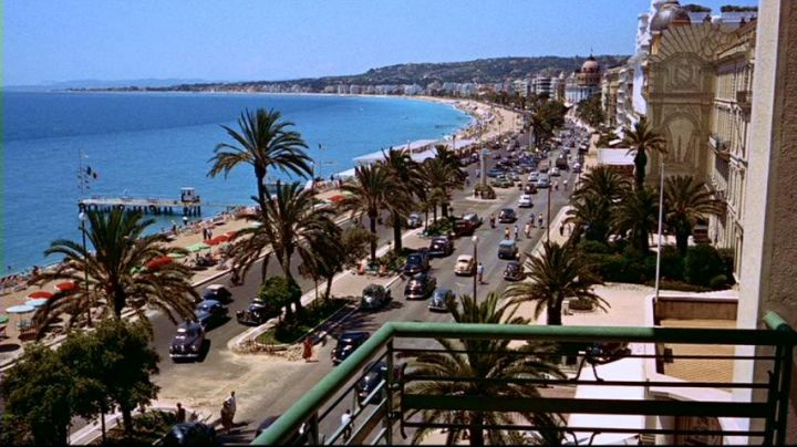 The promenade des Anglais in Nice in the hand at The collar of Alfred Hitchcock - Movie Outfits and Products