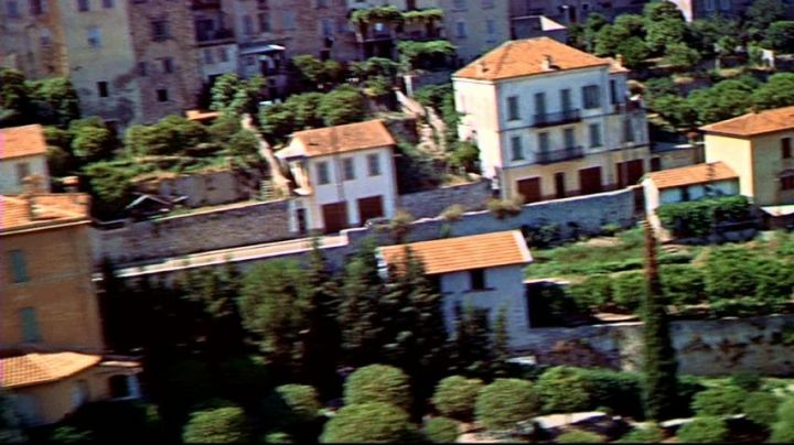 The provençal village Le Bar-sur-Loup in the pursuit of the beginning of The hand in the collar of Alfred Hitchcock - Movie Outfits and Products
