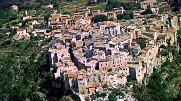 The provencal village of Tourrettes-sur-Loup in the pursuit of the beginning of The hand in the collar of Alfred Hitchcock - Movie Outfits and Products