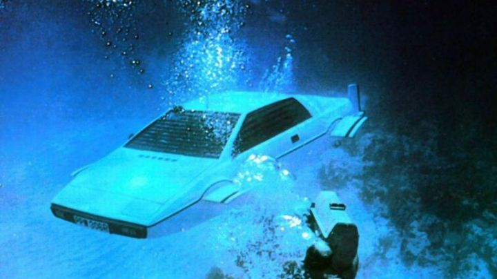 The real Lotus Esprit James Bond (Roger Moore) in The spy who loved me - Movie Outfits and Products