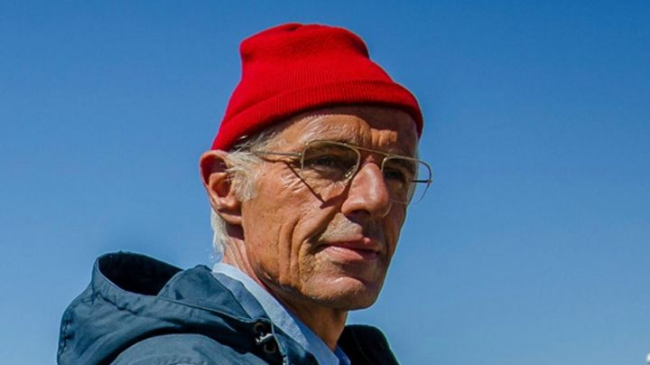 The red bonnet du Commandant Cousteau (Lambert Wilson) in The Odyssey - Movie Outfits and Products