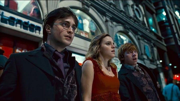 The red collar of Hermione (Emma Watson) in Harry Potter and the deathly hallows movie