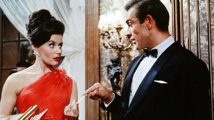 Fashion Trends 2021: The red dress of Sylvia Trench (Eunice Gayson ) in James Bond 007 contre Dr. No.