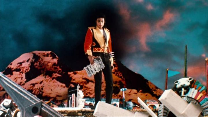 Fashion Trends 2021: The red jacket and black military Michael Jackson for the title Leave Me Alone in Moonwalker
