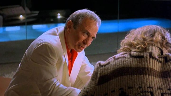 Fashion Trends 2021: The red shirt Jackie Treehorn (Ben Gazzara) in The Big Lebowski