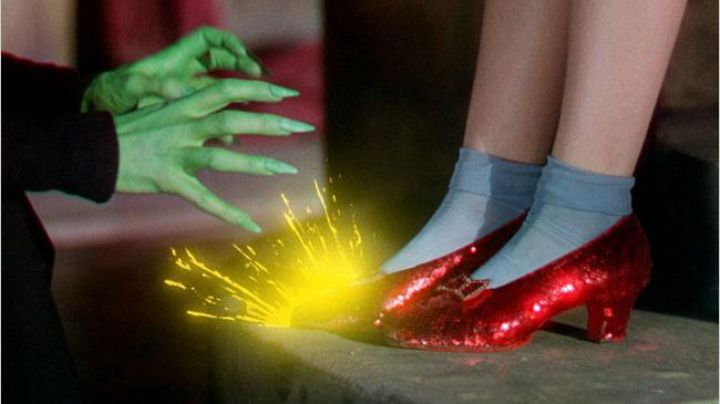 The red shoes at the heel of Dorothy (Judy Garland) in The Wizard of oz - Movie Outfits and Products