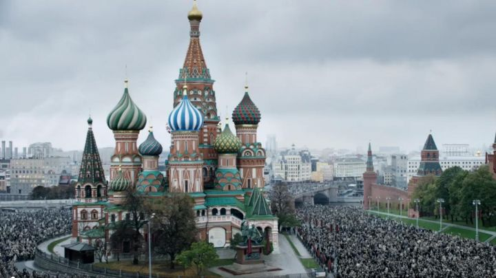 The red square in Moscow in Stalin's death - Movie Outfits and Products