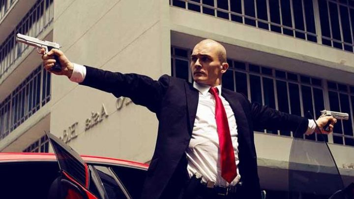 The red tie of Agent 47 (Rupert Friend) in Hitman: Agent 47 - Movie Outfits and Products