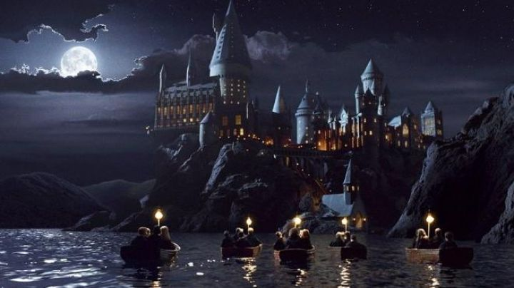 The reproduction of the school Hogwarts in Harry Potter and the sorcerer's stone - Movie Outfits and Products