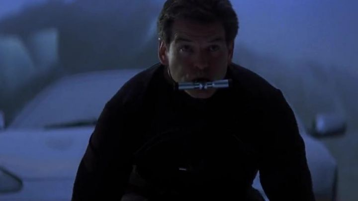 Fashion Trends 2021: The respirator aquatic James Bond (Pierce Brosnan) in Die another day