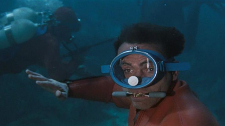 Fashion Trends 2021: The respirator aquatic James Bond (Sean Connery) in Operation Thunder
