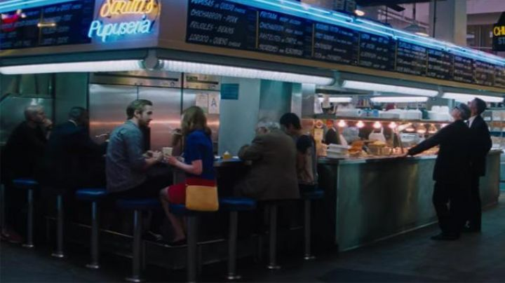 The restaurant Sarita''s Pupuseria at Grand Central Market in Los Angeles for dinner, Mia (Emma Stone) and Sebastian (Ryan Gosling) in the The Land - Movie Outfits and Products