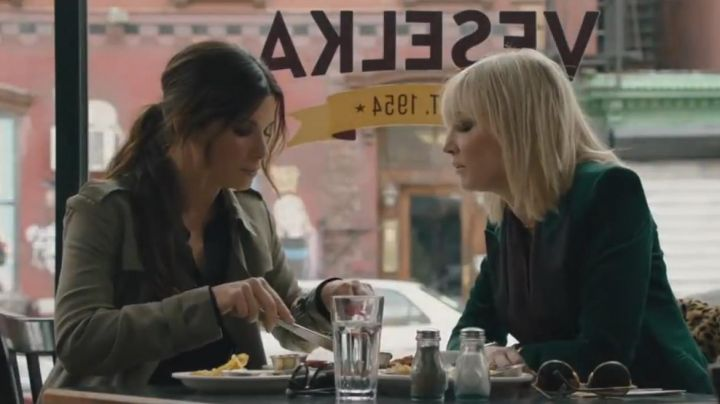 The restaurant Ukrainian Veselka where you find Debbie Ocean (Sandra Bullock) and Lou (Cate Blanchett) in Ocean's Eight - Movie Outfits and Products