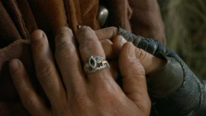 The ring of Aragorn (Viggo Mortensen) in The Lord of the rings : the fellowship of The ring movie