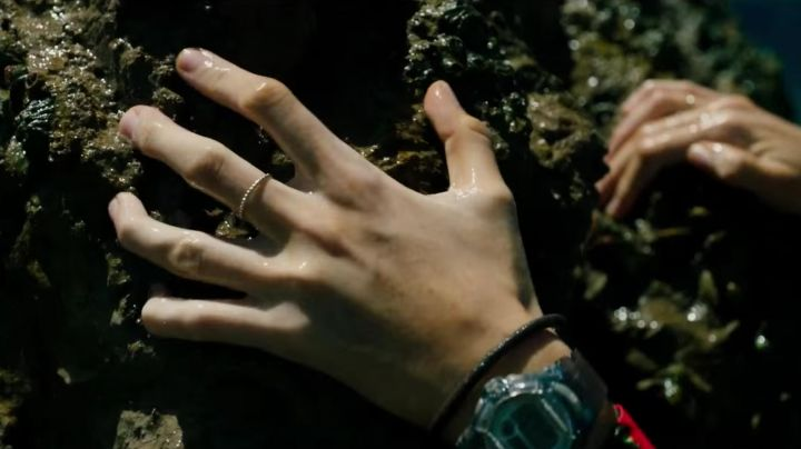 Fashion Trends 2021: The ring of Nancy Adams (Blake Lively) in The Shallows (Instinct of survival)