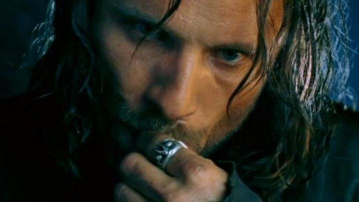 The ring worn by Aragorn (Viggo Mortensen) in The lord of the rings : the fellowship of the ring Movie