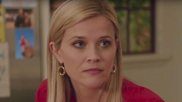 The round earrings of Alice Kinney (Reese Witherspoon) in Home Again