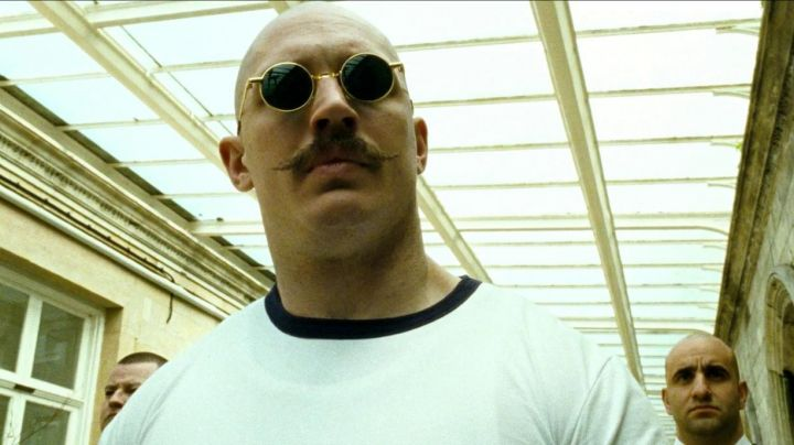The round sunglasses gold of Charles Bronson (Tom Hardy) in Bronson - Movie Outfits and Products