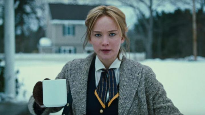The scarf Brooks Brothers Jennifer Lawrence in Joy - Movie Outfits and Products