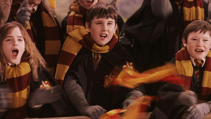 The scarf Gryffindor Neville Longbottom (Matthew Lewis) in Harry Potter and the sorcerer's stone - Movie Outfits and Products