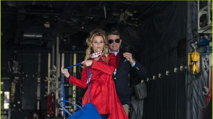 The scarf USA of Gail (Elizabeth Banks) in Pitch Perfect 3 - Movie Outfits and Products
