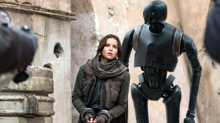 The scarf and bants of Jyn Erso (Felicity Jones) on Jedha in Rogue One : A Star Wars Story - Movie Outfits and Products