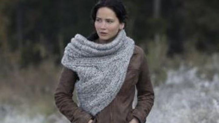 The scarf asymmetrical Katniss Everdeen (Jennifer Lawrence) in Hunger Games movie
