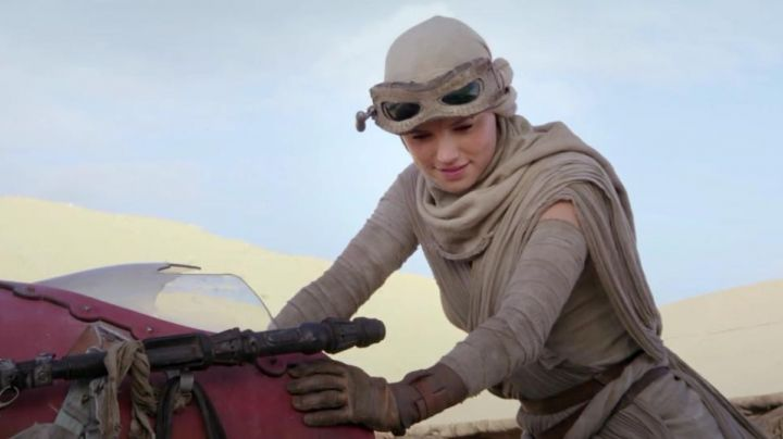 Fashion Trends 2021: The scarf beige of Rey (Daisy Ridley in Star Wars VII : The awakening of the Force
