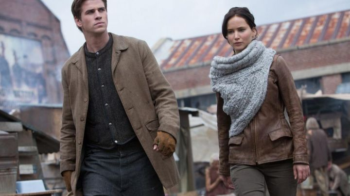 The scarf in gray wool of Katniss Everdeen (Jennifer Lawrence) in Hunger Games : The kindling movie