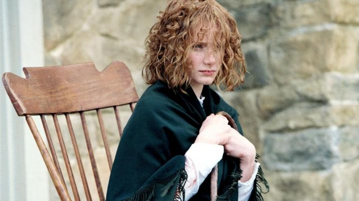 The shawl of Ivy Walker (Bryce Dallas Howard) in The Village - Movie Outfits and Products