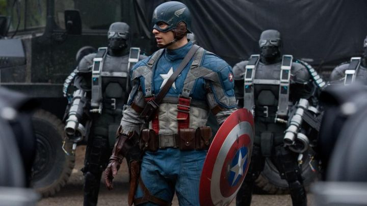 The shield of Steve Rogers / Captain America (Chris Evans) in Captain America : The First Avenger - Movie Outfits and Products