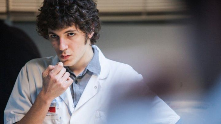 The shirt gray Benjamin (Vincent Lacoste) in Hippocrates Movie