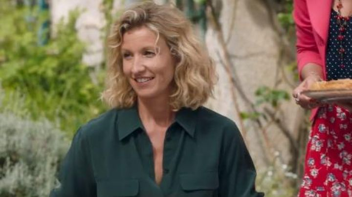The shirt in the green silk of Florence (Alexandra Lamy) Throughout the world standing - Movie Outfits and Products