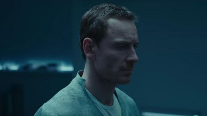 Fashion Trends 2021: The shirt is gray and Michael Fassbender in Assassin's Creed