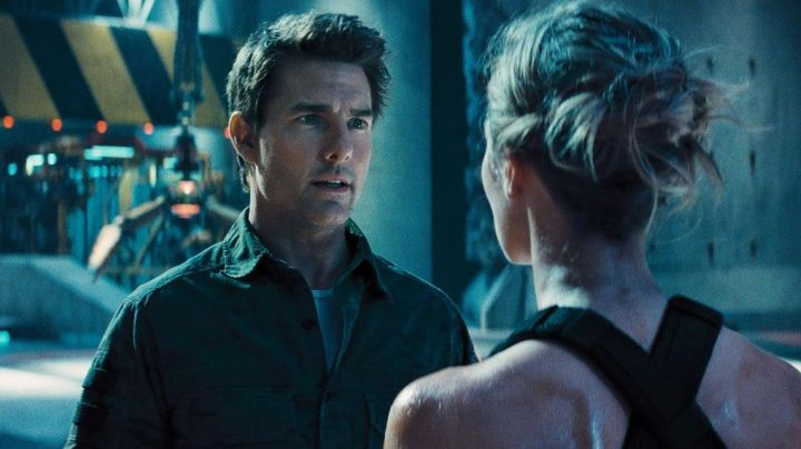 The shirt of the major Bill Cage (Tom Cruise) in Edge of Tomorrow movie