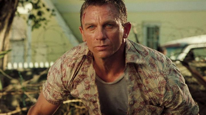 The shirt printed Aloha James Bond (Daniel Craig) in Casino Royale - Movie Outfits and Products