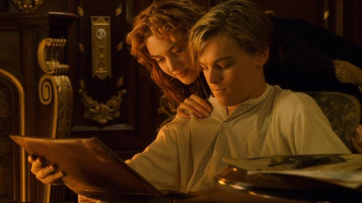 The shirt without a collar with yoke striped Jack Dawson (Leonardo DiCaprio) in Titanic