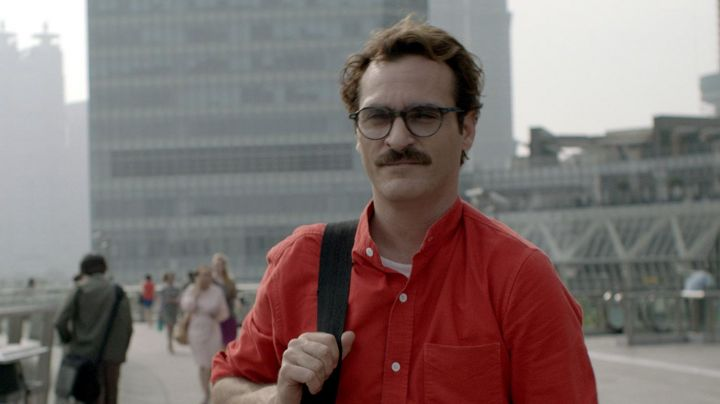 Fashion Trends 2021: The shirt's red collar of Theodore Twombly (Joaquin Phoenix) in Her