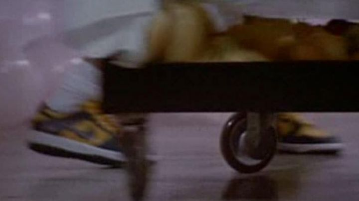 Fashion Trends 2021: The shoes Nike Dunk Low yellow and black in The witches of Eastwick